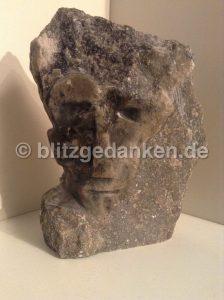 Specksteinskulptur: Gesicht aus Stein