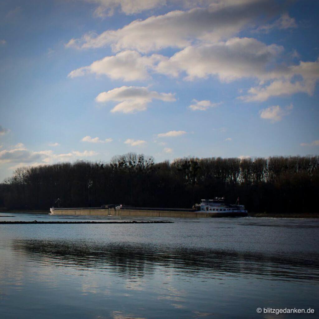 Spaziergang im Winter - Rheinschiff